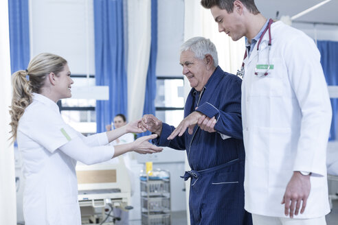 Hospital staff supporting senior patient - ZEF006845