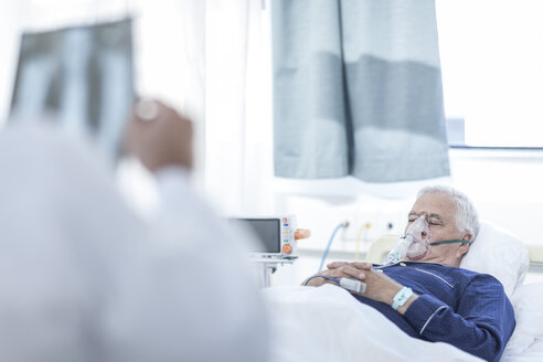 Senior man with oxygen mask lying in a hospital bed - ZEF006243