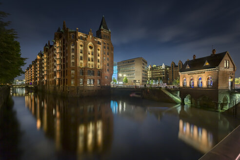 Germany, Hamburg, Hollaendischer Brook with historic warehouses and the Fleetschloesschen - NKF000315
