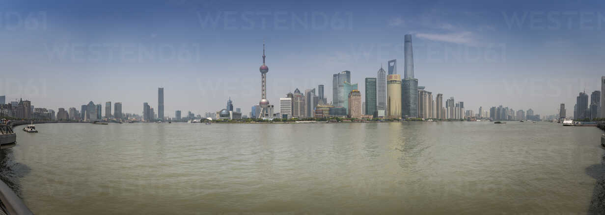 China, Shanghai, Panoramic view of Pudong skyline with Huangpu River - NKF000321 - Stefan Kunert/Westend61