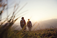 Austria, Tyrol, couple hiking at Unterberghorn at sunset - RBF002940