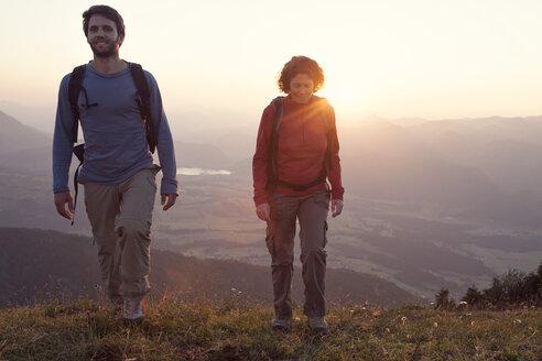 Austria, Tyrol, couple hiking at Unterberghorn at sunset - RBF002945
