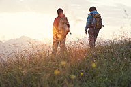 Austria, Tyrol, couple hiking at Unterberghorn at sunrise - RBF002955