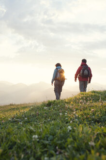 Austria, Tyrol, couple hiking at Unterberghorn at sunrise - RBF002964