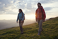 Austria, Tyrol, couple hiking at Unterberghorn at sunrise - RBF002970