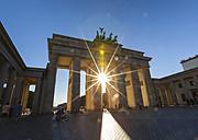 Germany, Berlin, Berlin-Mitte, Sun shining through Brandenburg Gate, Pariser Platz - HSI000368