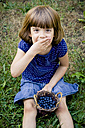 Little girl eating blueberries - LVF003741