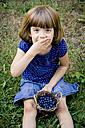 Little girl eating blueberries - LVF003741