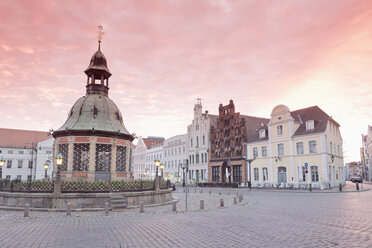 Germany, Wismar, market square with Wasserkunst at twilight - MSF004706