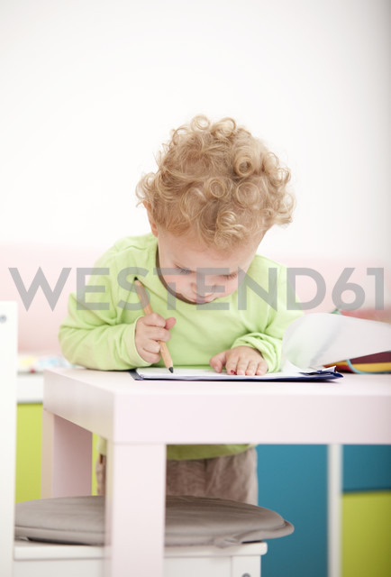 Little blond girl painting with coloured pencil - MFRF000303