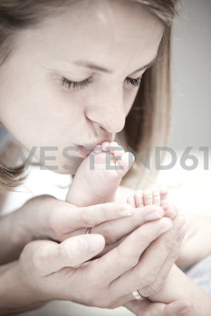 Young mother kissing foot of baby girl - MFRF000308 - Michelle Fraikin/Westend61