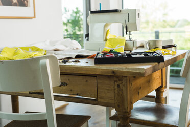 Sewing machine on wooden table - UUF005121