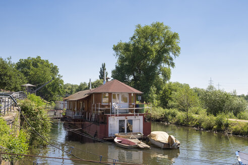Germany, Hesse, Frankfurt-Hoechst, House boat on Nidda river - SIE006670