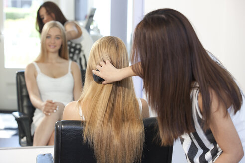 Teenage girl at hair salon - TMF000025