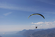 Paraglider, woman over Lake Garda - TMF000030