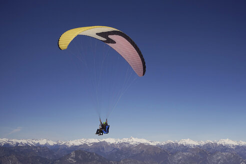 Paragliders, tandem, man and woman - TMF000031