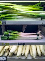 Japan, leek and radishes in supermarket - FL001220