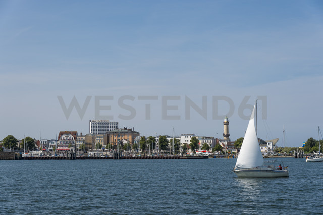 Germany, Warnemuende, Old Lighthouse, dinghy, sailing boat at harbour entrance - FR000306