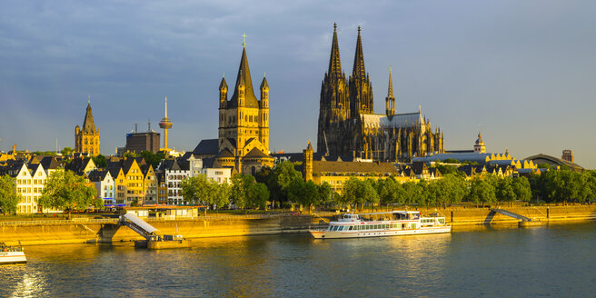 Germany, Cologne, View to Townhall, Colonius, Great St Martin, Cologne Cathedral, Old town riverside, Rhine river in the evening - WGF000691