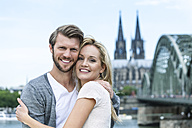 Germany, Cologne, portrait of smiling young couple head to head - FMKF001795