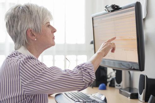 Senior woman online banking - FRF000308
