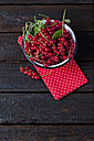 Bowl of red currants on cloth and dark wood - CSF026121