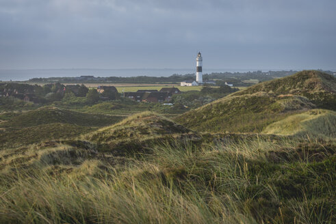 Germany, Sylt, Kampen, view to light house 'Rotes Kliff' with dune in the foreground - KEBF000241