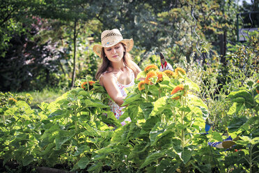 Woman working in the garden - VTF000442