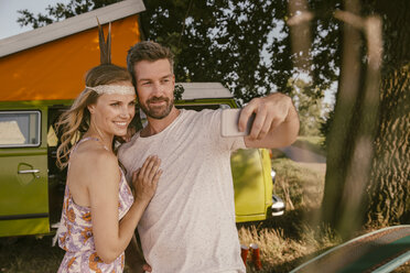 Couple taking a selfie in front of van in the nature - MFF002036