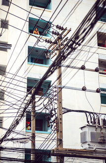 Thailand, Bangkok, tangled and messy electrical cables in front of multi-family house - EH000154