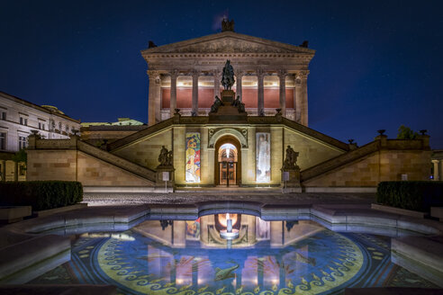 Germany, Berlin, Alte Nationalgalerie with fountain at night - NK000358