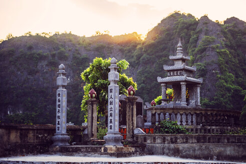 Vietnam, Ninh Binh, Buddhist temple - EHF000185