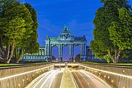 Belgium, Brussels, Parc du Cinquantenaire, Triumphal Arch, Avenue John Kennedy at night - WDF003204