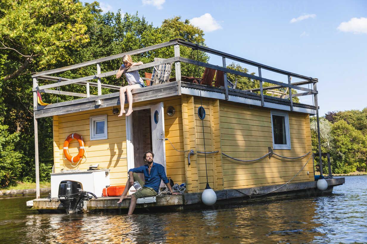 Couple having a trip on a house boat - FMKF001931 - Jo Kirchherr/Westend61