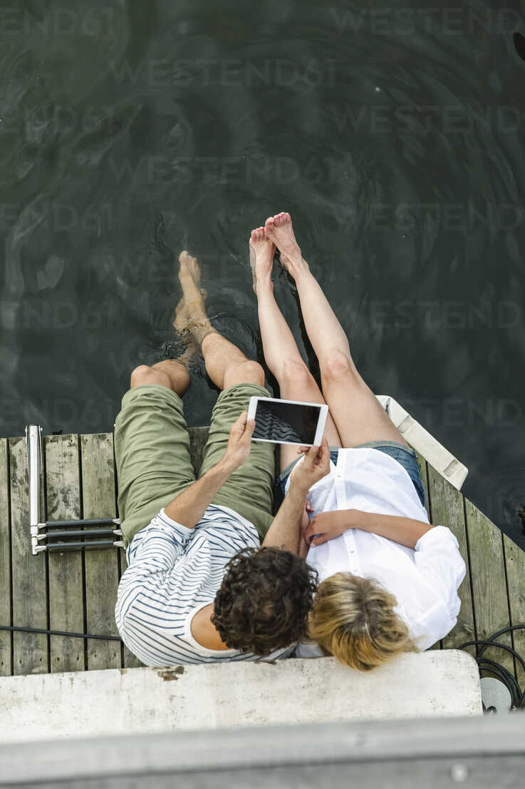Couple sharing digital tablet at the water - FMKF001943 - Jo Kirchherr/Westend61