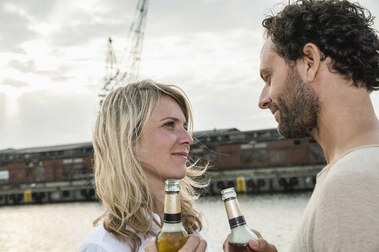 Couple drinking beer at the waterside - FMKF001955 - Jo Kirchherr/Westend61