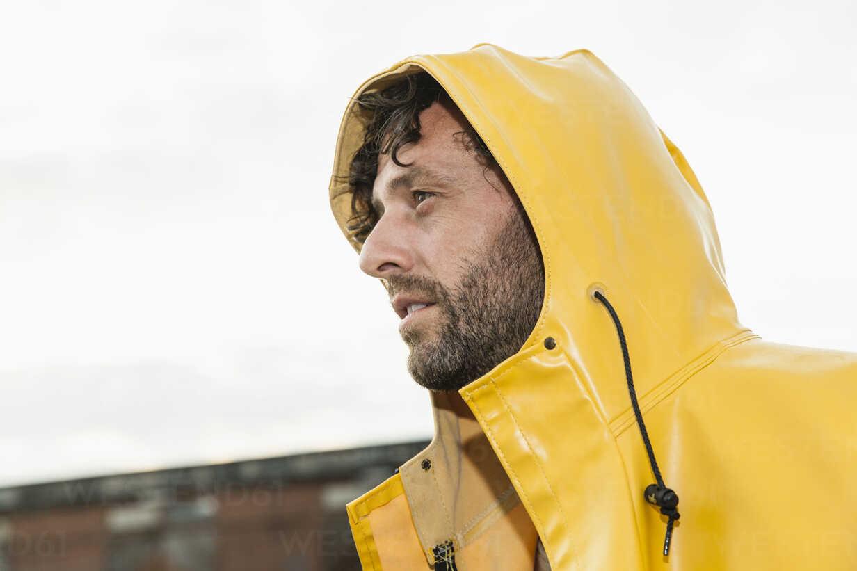 Man wearing rain coat - FMKF001961 - Jo Kirchherr/Westend61