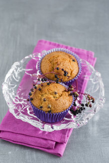 Muffins with elderberries in glass bowl - MYF001118