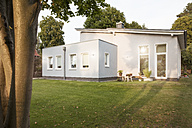 Germany, Eggersdorf, house and garden - FKF001351