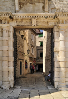 Croatia, Trogir, Narrow lane behind old city gate - BTF000334