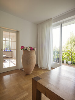 Floor vase in a modern apartment - LAF001478
