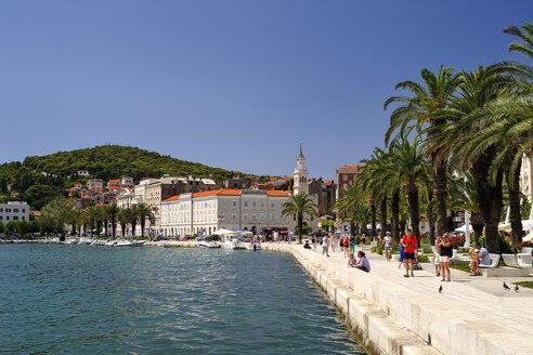 Croatia, Split, waterfront promenade at city harbor Riva - BTF000355
