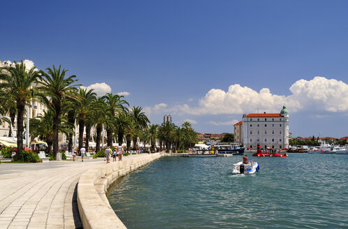 Croatia, Split, waterfront promenade at city harbor Riva - BTF000356