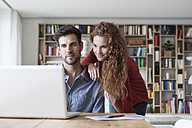 Couple at home looking at laptop - RBF003555