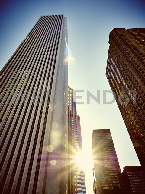USA, Illinois, Chicago, High-rise buildings, Aon Center against sunlight - DISF002150 - Dieter Schewig/Westend61