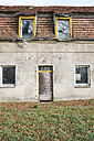 Germany, Brandenburg, ramshackle residential house - ASCF000344