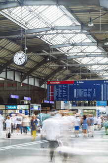 Switzerland, Travellers at busy Zurich Main Station - BZ000205
