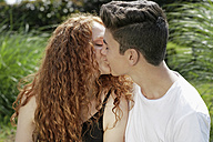 Kissing teenage couple - GDF000857
