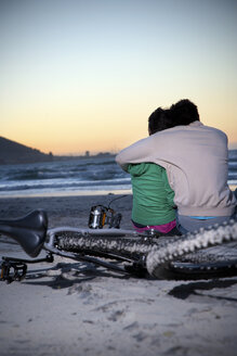 Young couple hugging on the beach at sunset - TOYF001369
