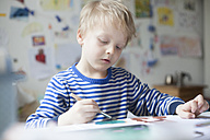 Portrait of blond little boy painting with watercolours - RBF002998